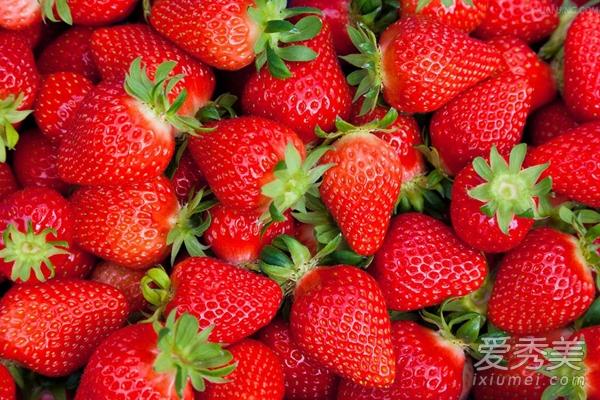 桔子(淡化细纹,增强肌肤弹性)   桔子是大众非常熟悉的一种水果,以其丰富的果酸和维他命含量而被大量应用于护肤品和化妆品中,尤其是桔皮中的维他命C含量特别高,因此在很多地区,人们用桔皮泡水喝以摄取大量的维C。   Tips:桔子中所含的有机酸还能增强肌肤弹性,每天用桔皮擦脸可以抚平面部细纹。    苹果(淡化雀斑、黄褐斑)   苹果营养丰富,是一种广泛使用的天然美容品,被许多爱美人士奉为美容圣品。苹果中含有0.